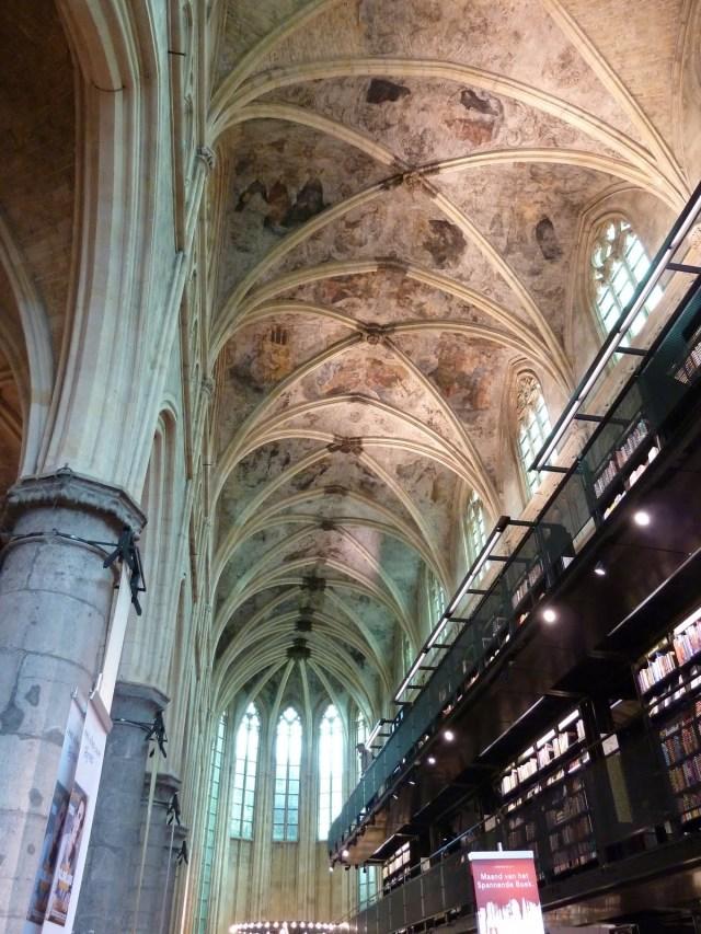 Ein Stück Himmel auf Erden: Buchhandlung Selexyz Dominicanem in einer alten Kirche in Maastricht