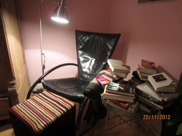 Sehr gemütlich: Das Leseplätzchen der Autorin Brigitte Glaser. Foto: © Brigitte Glaser