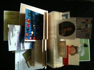 Man kann auch hübsche Postkarten, Eintrittskarten und derley zwischen die Seiten stecken. Foto: © Petra Gust-Kazakos