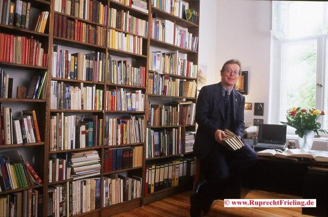Rupi vor Bücherwand