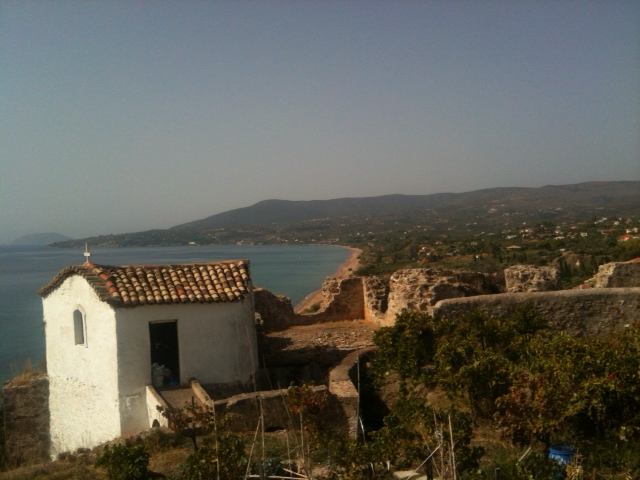 Blick auf den Zaga Beach von der Festungsanlage in Koroni