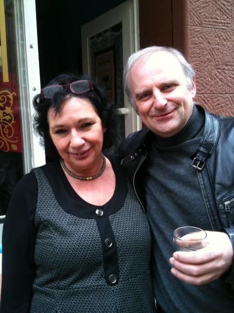 Autorin und frischgebackene Buchhändlerin Ava Klingler und Klaus Ackermann vom A&S Bücherland